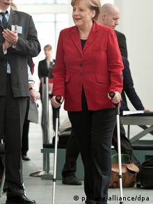 Deutschland Angela Merkel mit Krücken