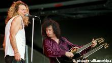 ARCHIV - Die Ex-Led Zeppelin-Musiker Robert Plant (l) und Jimmy Page stehen am 24.06.1995 in Schwalmstadt beim Rock over Germany-Festival auf der Bühne. Der britische Musiker Jimmy Page ist bekanntgeworden als Gründer der Band Led Zeppelin. Er gehört zu den bedeutendsten Gitarristen der Rockgeschichte. Am 09.01.2014 wird der Gitarrengott 70. Foto: Uwe Zucchi/dpa (zu dpa-Porträt Led Zeppelin-Gründer und Gitarrengott Jimmy Page wird 70 vom 03.01.2014) +++(c) dpa - Bildfunk+++