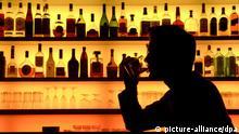 Ein Bar-Besucher genießt in einer Szene-Bar in Frankfurt am Main ein Glas Whiskey mit Eis (Foto vom 20.11.2007). Alkohol hat ein hohes Suchtpotenzial und schädigt bei übermäßigem Genuss vor allem die Leber. Übermäßiger Alkohol-Konsum kann sowohl psychische als auch eine physische Abhängigkeit zur Folge haben. Von den mehr als 4,3 Millionen Alkoholabhängigen in Deutschland sind ca. 70% Männer. Foto: Klaus-Dietmar Gabbert dpa +++(c) dpa - Report+++