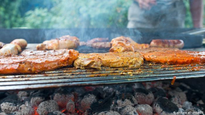 Ein Holzkohlegrill mit Fleisch und Würstchen