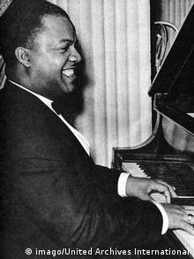 Boogie-Woogie-Pianist Meade Lux Lewis strahlt über die neuen Klänge. (Foto: imago/United Archives International)
