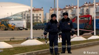 Two Russian policemen stand in the street (Foto: Maxim Shemetov/REUTERS)