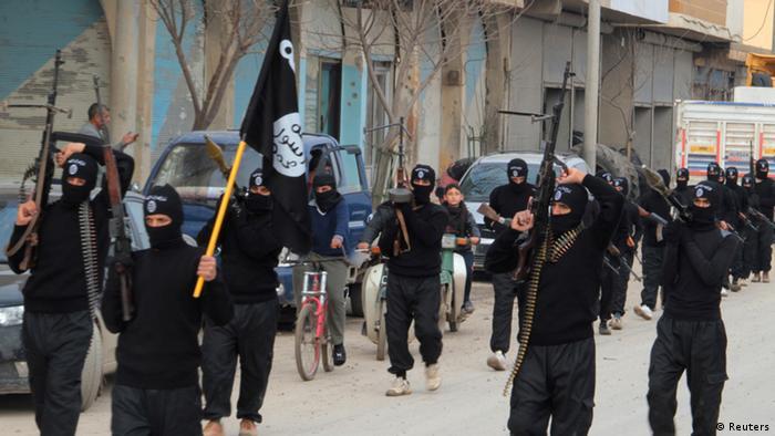 رژه رزمندگان داعش در تل ابیض در سوریه