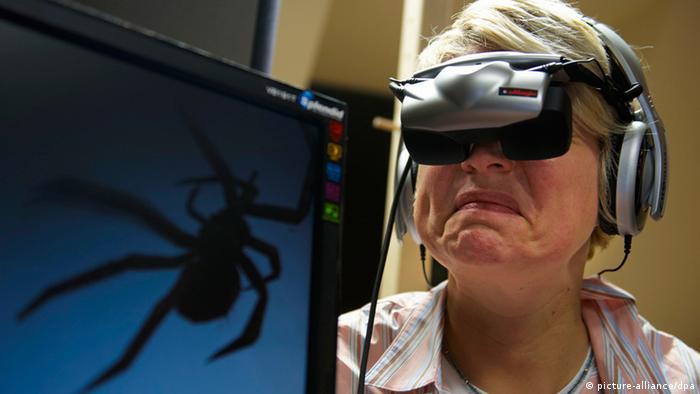 Phobie-Therapie in virtueller Realität Foto: Bernd Thissen dpa/lnw