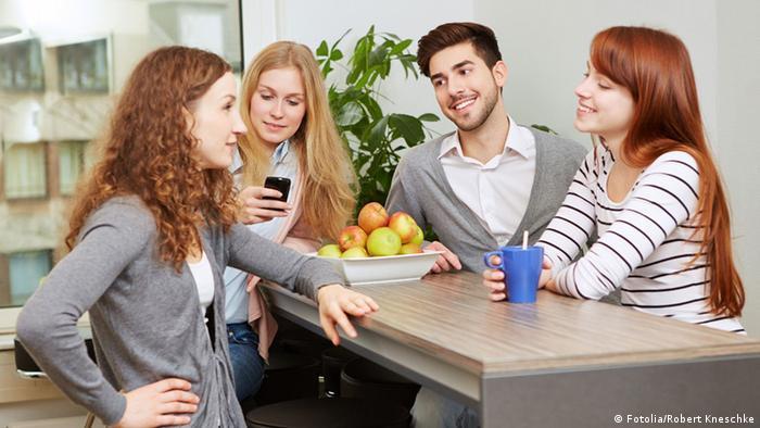 Коллеги разговаривают за чашкой чая