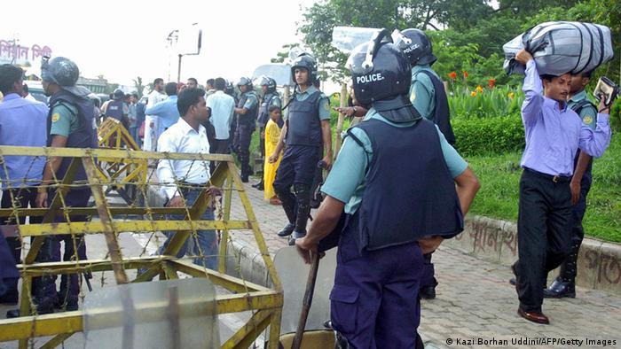 Bangladesch Flughafen Kontrolle 2008 (Kazi Borhan Uddini/AFP/Getty Images)