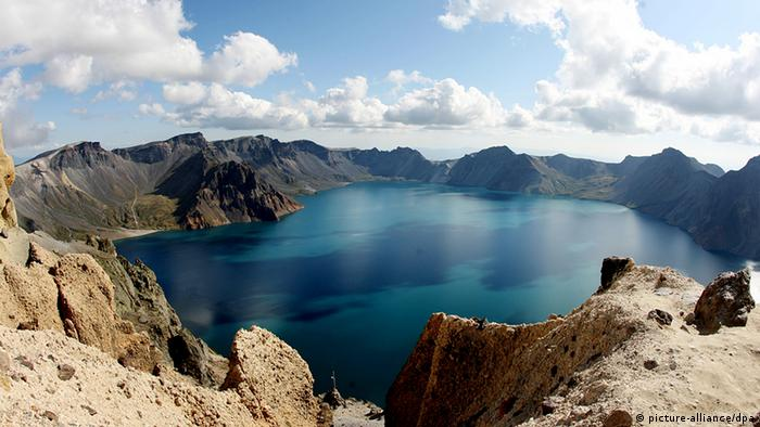 The crater lake of Mount Paektu at the North Korean-Chinese border (picture-alliance/dpa)
