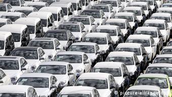 Новые автомобили ждут отправки в гамбургском порту