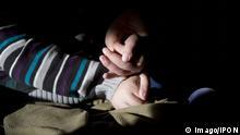 Bildnummer: 58876719 Datum: 01.10.2010 Copyright: imago/IPON Kinderpflegedienst DEU, Deutschland, Germany, Berlin, 01.10.2010 Maximilian, 18 Jahre altes psychisch and physisch behindertes Kind, leidet unter Mangeldurchblutung und Sauerstoffmangel, und wird durch Christina Luedtke von der Einrichtung Gaensebluemchen betreut. Gaensebluemchen ist ein Kinderintensivpflegedienst, der kranke, koerperbehinderte und geistig behinderte Kinder im Alter von 0-18 Jahren zu Hause und im Alltag betreut. Gesundheit, Gesundheitswesen, Krankheit, Medizin, Therapie, Kind, Kinder, Jugendliche, Deutschland, Gesellschaft, 2010, Erkrankung, krank, Patient, Patienten, Europa, Behandlung, Hilfsorganisation, NGO, behindert, behindertes, Behinderter, Behinderung, betreuen, medizinische Betreuung, geistig geistige, lernbehindert, Lernbehinderung, Erkrankung, Gesundheitspolitik, Gesundheitssystem, Gesundheitswesen, Symbolfoto, symbolisch, Symbolbild, Symbol, sozial, Sozialpaedagogik, sozialer Dienst, Kinderpflegedienst, Pflegedienst, Pflegefachkraft, Intensivpflege, Pflege, Maximilian, 18 years old, is a physically and mentally disabled child, who receives constant medical care by Christina Luedtke from the children intensiv care unit Gaensebluemchen. Gaensebluemchen treats ill, physically and mentally disabled children from 0-18 old ones at home and in their daily life. Health, ill, illness, society, medicine, medical, Germany, Europe, medicament, treatment, health care, patient, child, children, 2010, disabled, disability, disabilities, disable, disablement, humans, nursery, supervise, care, mental, mentale, program. kbdig 2010 quer Gesundheit Gesundheitswesen Krankheit Medizin Therapie Kind Kinder Jugendliche Deutschland Gesellschaft 2010 Erkrankung krank Patient Patienten Europa Behandlung Hilfsorganisation NGO behindert behindertes Behinderter Behinderung betreuen medizinische Betreuung geistig geistige lernbehindert Lernbehinderung Gesundheitspolitik Gesundheitssystem Symbolfoto symbolis