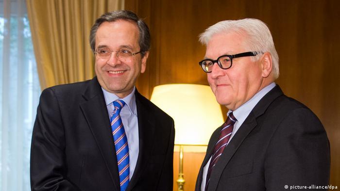 Außenminister Steinmeier (r) und der griechische Ministerpräsident Samaras begrüßen sich bei einem Treffen in Athen (Foto: dpa)