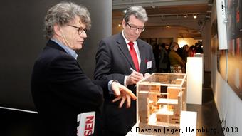 Manfred Welzel, left, chairman of the Children's Aid Foundation visits the exhibition Photo: Bastian Jäger, Hamburg