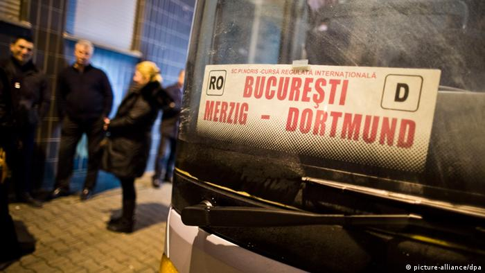 A line at the bus route from Bucharest to Dortmund (Photo: Frank Rumpenhorst / dpa)