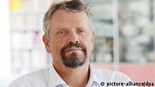 Der Bundestagsabgeordnete Gernot Erler (SPD) posiert am 10.07.2013 in Freiburg (Baden-Württemberg) für den Fotografen. Erler kandidiert für die Bundestagswahl 2013. Foto: Patrick Seeger/dpa (zu dpa Gernot Erler ist der Stimmenkönig der Genossen vom 19.08.2013) +++(c) dpa - Bildfunk+++