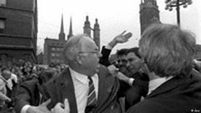 Гельмут Коль відповідає демонстрантам у Галлє