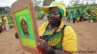Eine Frau hält ein Wahlkampfplakat (Foto: EPA/KIM LUDBROOK)