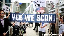 ARCHIV - Mit Plakaten demonstrieren Teilnehmer am 18.06.2013 am Checkpoint Charlie in Berlin gegen das US-amerikanische Internet-Überwachungsprogramm der NSA Prism. Foto: Kay Nietfeld/dpa (zu dpa US-Medien: Obama erwägt Einschränkungen für NSA-Überwachung vom 10.01.2014) +++(c) dpa - Bildfunk+++