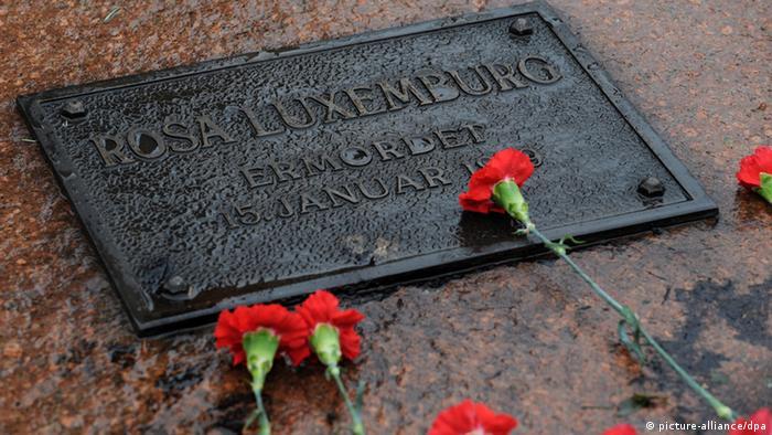 رزا لوکزمبورگ و کارل لیبکنشت در ۱۵ ژانویهی ۱۹۱۹ در برلین توسط نیروهای نظامی بازداشت شدند. لوکزمبورگ را به هتلی منتقل کردند و پس از شکنجه در حال بیهوشی به داخل اتومبیلی منتقل کردند. سپس با شلیک گلولهای به شقیقهاش به زندگی او پایان دادند و پیکر بیجانش را در کانال آبی در برلین انداختند. جسد رزا لوکزمبورگ پس از چهار ماه از آب گرفته شد. زندگی رزا لوکزمبورگ الهامبخش زنان مبارز زیادی بوده است.