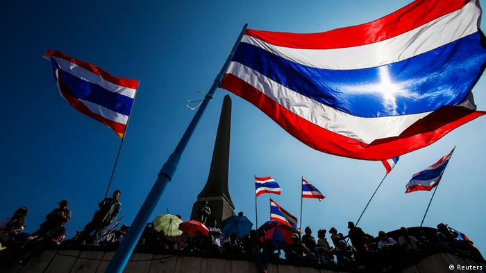 Thailand Anti Regierung Protest Demonstranten Flagge 13.1.2014 - Anti-government protesters wave Thai national flags as they gather with others at Victory Monument in central of Bangkok January 13, 2014. (Photo: Reuters)