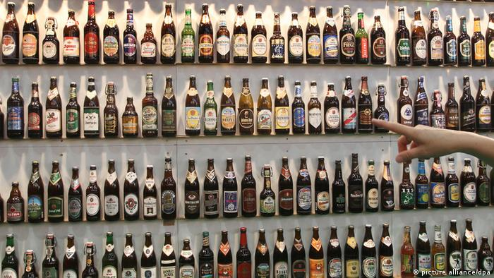 Полки с бутылочным пивом разных сортов