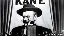 Filmstill Citizen Kane, Protagonist Charles Kane (gespielt von Orson Welles) am Rednerpult.