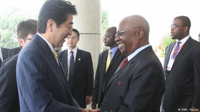 Primeiro-ministro japonês, Shinko Abe, e Presidente moçambicano, Armando Guebuza, cumprimentam-se em Maputo
