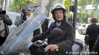 Hollande on a motorcycle (photo: picture alliance/dpa)