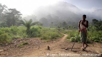 Los pueblos indígenas, como la tribu Dongria Kondh en la India no tienen ningún grupo lobby para exigir al gobierno sus derechos sobre los beneficios.