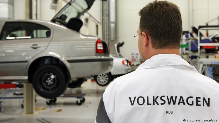 Рабочий с надписью на спине Volkswagen на заковде концерна в Калуге.
