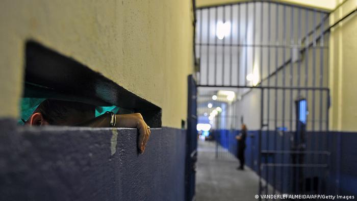 Al menos cincuenta personas murieron durante un violento enfrentamiento de dos facciones rivales en un complejo penitenciario de Manaos, capital del estado de Amazonas. Las autoridades brasileñas todavía no informaron oficialmente sobre el número de fallecidos, aunque algunos medios señalan que los muertos en el Complejo Penitenciario Anísio Jobim (Compaj) podrían a ascender a 80. (2.01.2017)