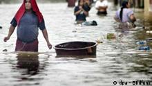 Dozens of people walk through a flooded street trying to save their personal belongings in the city of Tecun Uman, Guatemala, near the Mexican border on Wednesday, 05 October 2005. Heavy and constant rains during last days have flooded the region. EPA/ULISES RODRIGUEZ +++(c) dpa - Bildfunk+++ Schlagworte , Katastrophen, Mittelamerika, Unwetter, Wetter