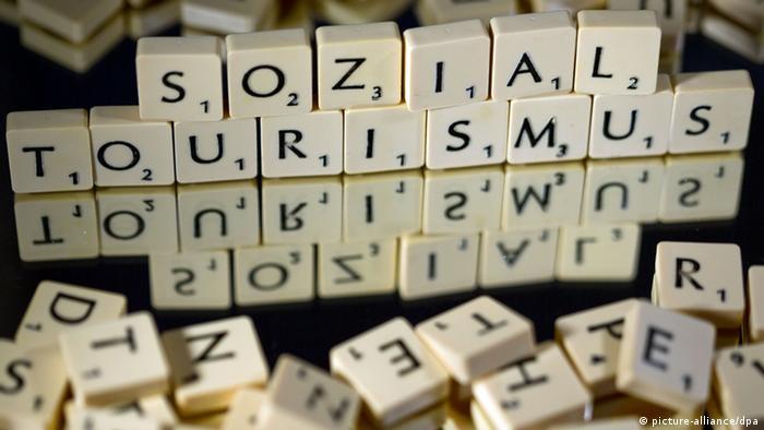 Aus Scrabblesteinen ist das Wort Sozialtourismus gelegt (Unwort des Jahres 2013) (picture-alliance/dpa)