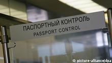 Ein Schild mit der Aufschrift Passport Control, darüber in kyrillischer Schrift, aufgenommen am Mitwoch (04.07.2007) im Moskauer Flughafen. Foto: Peter Kneffel +++(c) dpa - Report+++ pixel