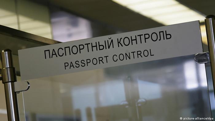 Стойка с наптсью паспортный контроль в аэропорту