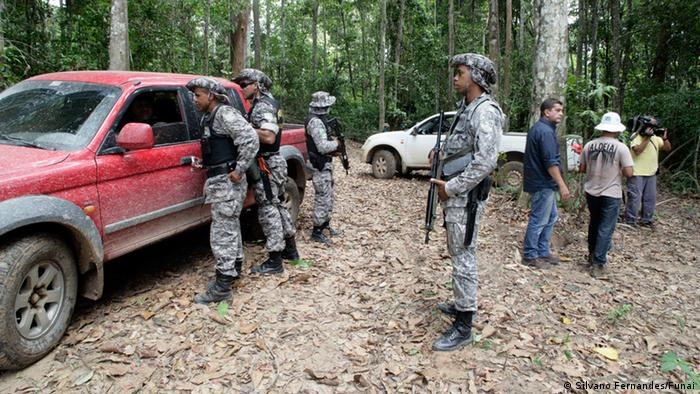 Razzia im Urwald: Brasilianische Soldaten stoppen Pick-up-Truck und beschlagnahmen illegal gefälte Bäume (Foto: Silvano Fernandes/Funai)