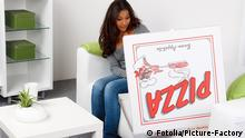 Deutschland junge Frau ist erstaunt über ihre große Pizza. Picture-Factory - Fotolia