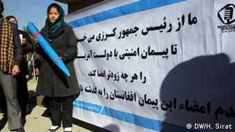 Afghan demonstrators in Kabul demand that Karzai sign a securrity agreement with the US