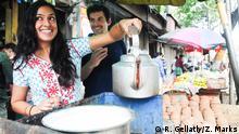 ***Achtung: Nur zur mit R. Gellatly / Z. Marks abgesprochenen Berichterstattung verwenden!*** Zach Marks (rechts) und Resham Gellatly (links) an einem Tee-Imbiss in Delhi, Indien, bei dem Projekt Chai Wallahs of India (Bild: R. Gellatly / Z. Marks) Ein schriftliches Erlaubnis zur Benutzung des Bildes liegt bei mir vor.