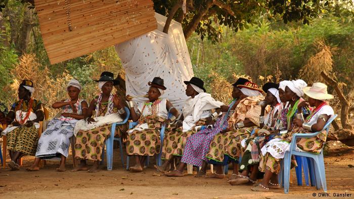 Bildergalerie Voodoo in Westafrika - Frauen vor dem heiligen Baum (Foto: Katrin Gänsler)
