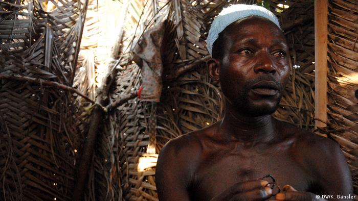 Bildergalerie Voodoo in Westafrika - ein Voodoo-Priester mit zwei Ringen (Foto: Katrin Gänsler)