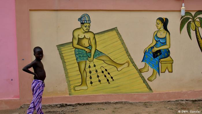Bildergalerie Voodoo in Westafrika - Orakel an einer Hauswand (Foto: Katrin Gänsler)