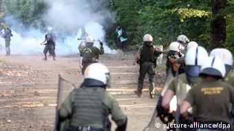 Protesters clash with riot police in the village of Nees Skouries (photo: picture alliance/dpa)
