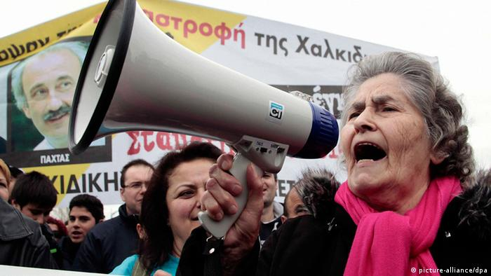 Protesters shout slogans during a demonstration to Greek parliament in Athens (photo: picture alliance/dpa)