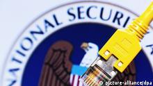 ARCHIV - ILLUSTRATION - Ein Stecker eines Netzwerkkabels hängt am 01.07.2013 in einem Serverschrank in einem Büro in Schwerin (Mecklenburg-Vorpommern) vor einem Monitor, auf dem das Logo der US-amerikanischen National Security Agency (NSA) zu sehen ist. Das EU-Parlament hält am Mittwoch (15.01.2014) eine Debatte zu NSA-Aktivitäten in Europa ab. Foto: Jens Büttner/dpa (zu dpa vom 15.01.2014) +++(c) dpa - Bildfunk+++