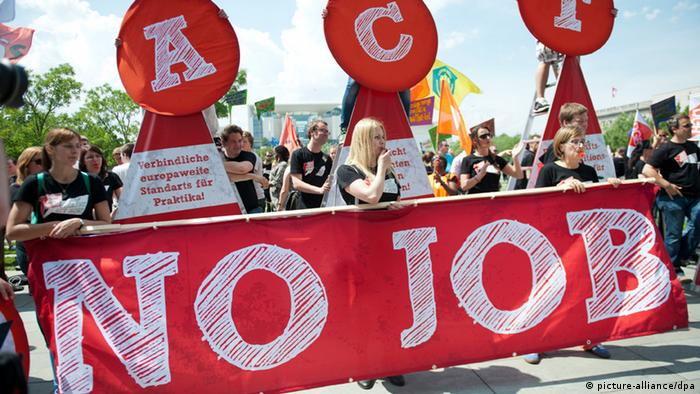 Jugendliche aus ganz Europa nehmen am 03.07.2013 vor dem Bundeskanzleramt in Berlin während einer Demonstration gegen die Jugendarbeitslosigkeit in Europa teil (Foto: dpa)