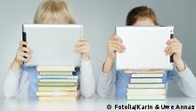 Symbolbild Kinder Bücher Tablet PC lernen Schule