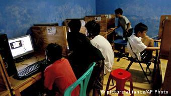 Sementara Indonesia mendapat peringkat sedang dan mendapat sebutan 'bebas sebagian'