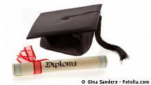 #19010526 - Doktorhut mit Diplom © Gina Sanders