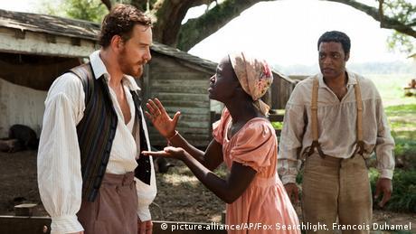 Filmstill 12 Years a Slave - Szene mit zwei schwarzen un einem weißen Darsteller in einer Streitszene vor historischem Ambiente (picture-alliance/AP/Fox Searchlight, Francois Duhamel)
