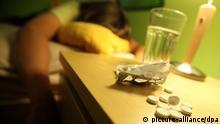 ILLUSTRATION - Ein Jugendlicher liegt am 24.06.2010 in Leichlingen in seinem Bett, auf dem Nachtisch liegen Schlaftabletten. Rund 10 000 Menschen töten sich in Deutschland im Jahr selbst - die Einwohnerzahl einer Kleinstadt. Erschreckend: Viele junge Leute begehen Selbstmord oder versuchen es. Suizid ist bei Jugendlichen die zweithäufigste Todesursache. Laut Statistischem Bundesamt sind nach den jüngsten Zahlen (2008) 9451 Menschen freiwillig aus dem Leben geschieden. Foto: Oliver Berg dpa/lnw (zu dpa-KORR: Jugendliche töten sich selbst - Versagen und Verlassensein vom 13.07.2010) +++(c) dpa - Bildfunk+++