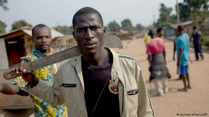 Ein Mann mit einer MAchete in der Zentralafrikanischen Republik AP Photo/Rebecca Blackwell, File